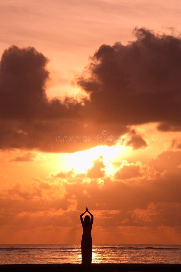 Activitiy: Yoga en la salida del sol foto de archivo