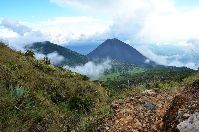 Activo vulkan Yzalco, El Salvador royaltyfria bilder