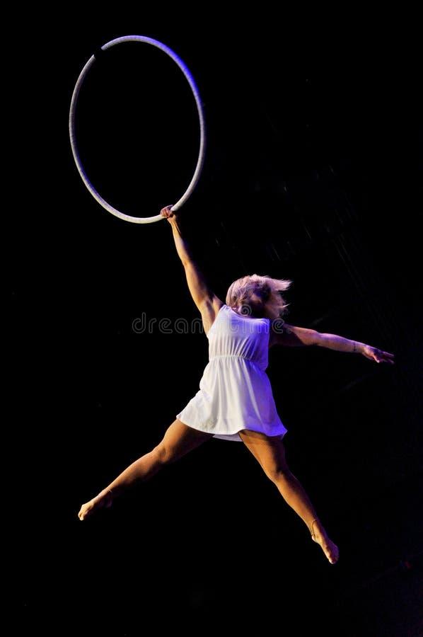 Acto aéreo del lyra en circo foto de archivo