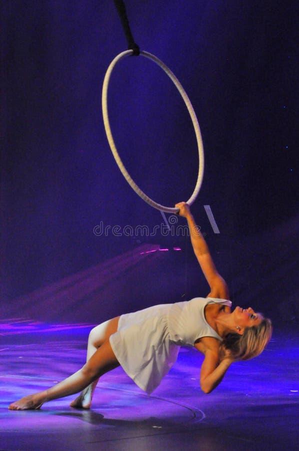 Acto aéreo del lyra en circo fotos de archivo