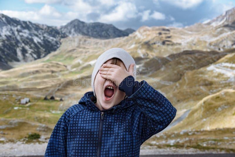 Acto del explorador del niño pequeño el mono en las montañas Durmitor, MES del otoño fotos de archivo