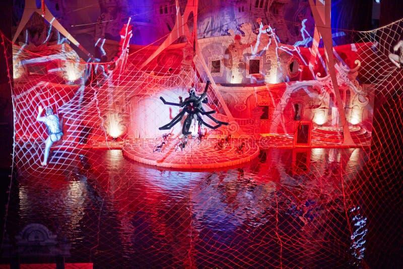 Actor-araña en telaraña durante la demostración musical foto de archivo