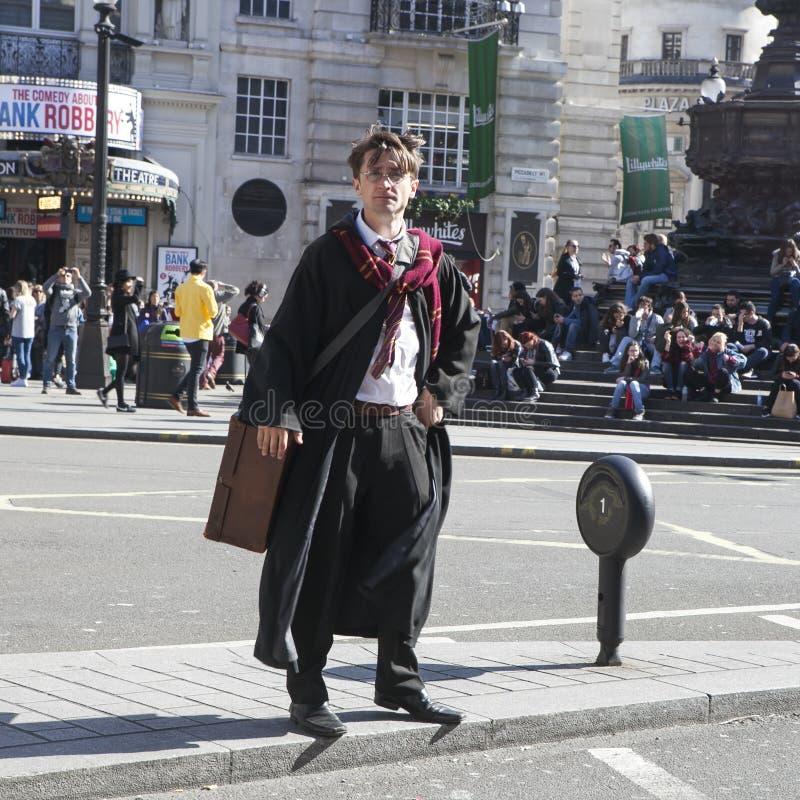 Actor de la calle que retrata a Harry Potter, soportes en la línea divisoria, cruzando un camino fotos de archivo libres de regalías