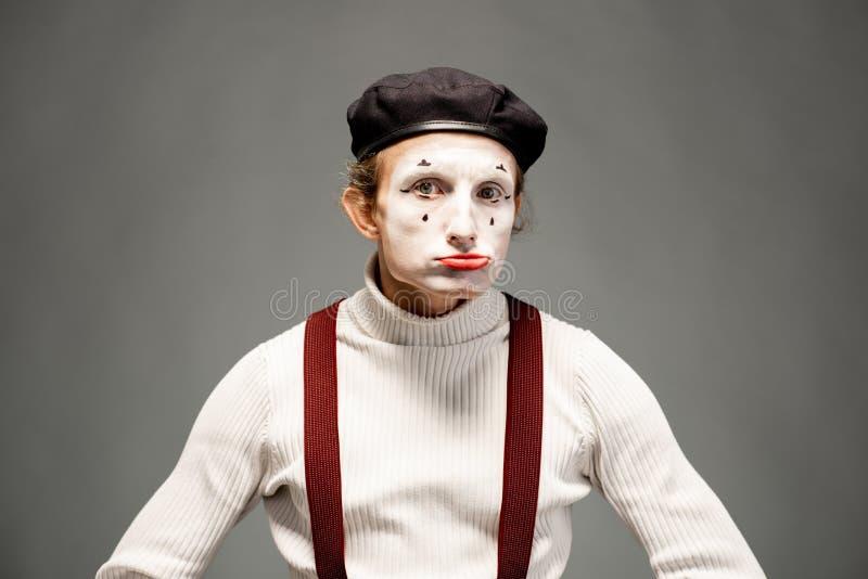Actor de la pantomima en el fondo gris imagenes de archivo