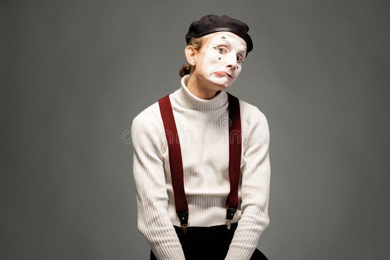 Actor de la pantomima en el fondo gris foto de archivo