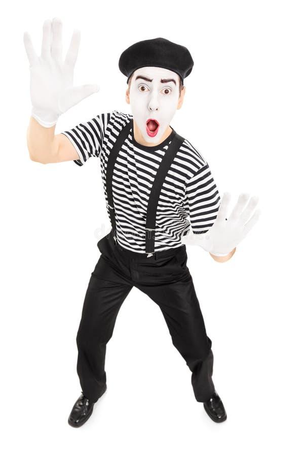 Actor de sexo masculino que imita con las manos imagen de archivo libre de regalías