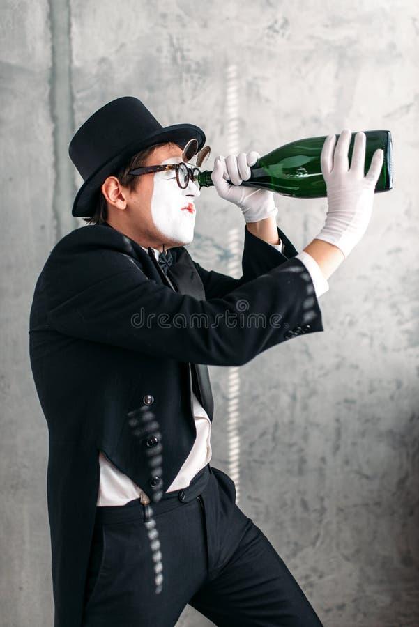Actor del teatro de la pantomima que se realiza con la botella grande imagen de archivo libre de regalías
