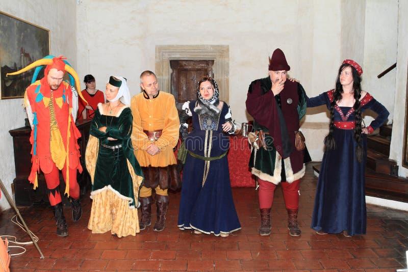 Actoren in historische kostuums stock afbeeldingen
