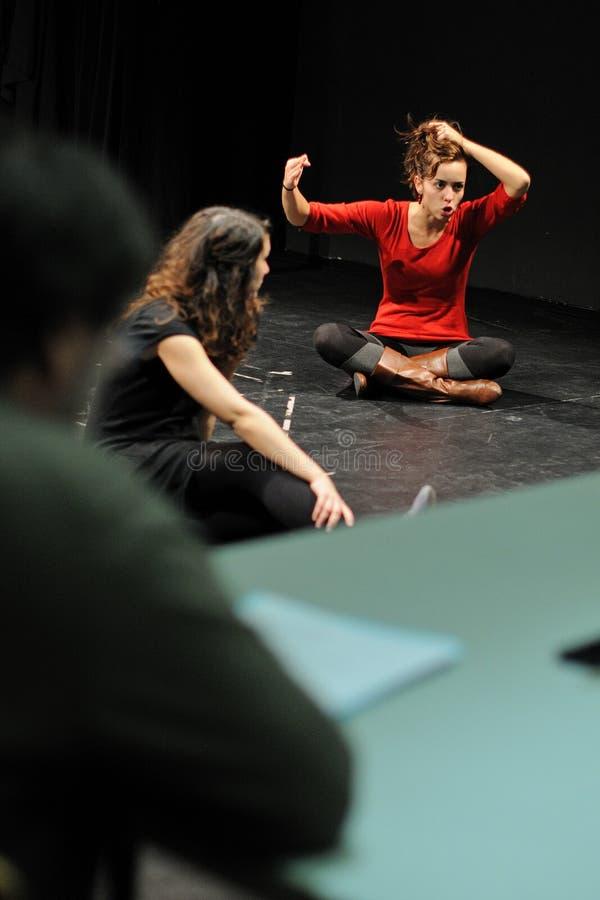 Actoren van het het Theaterinstituut van Barcelona, spel in de komedie Shakespeare voor de Uitvoerende macht stock afbeelding