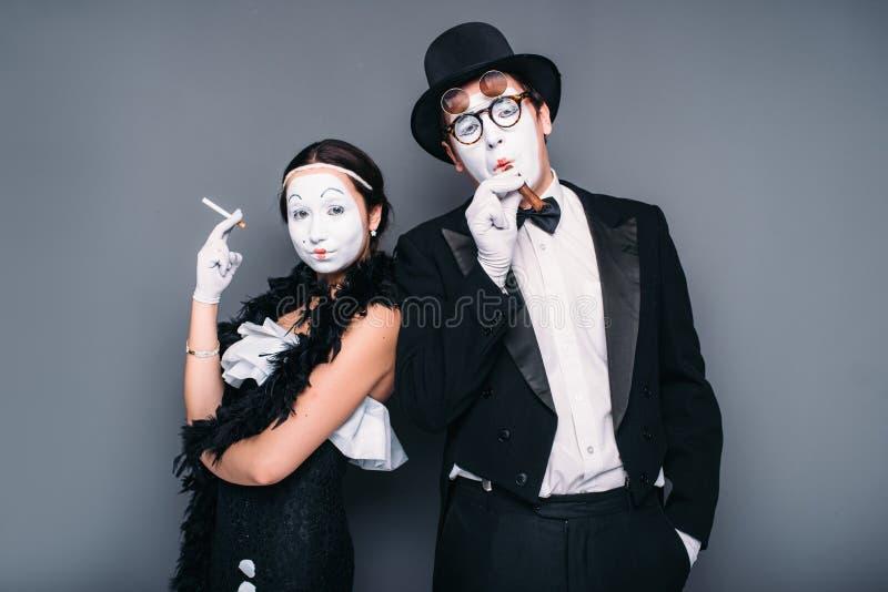 Actores de la pantomima que presentan con el cigarro y el cigarrillo fotos de archivo