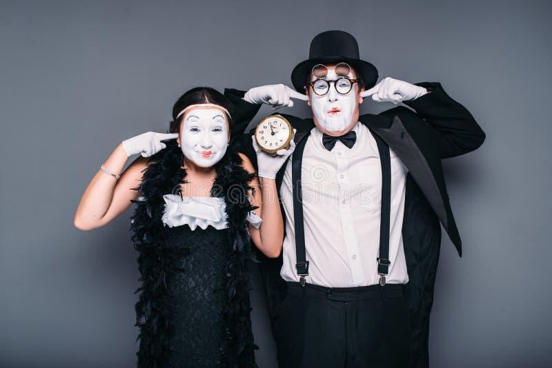 Actores de la pantomima que se realizan con el despertador imagen de archivo libre de regalías