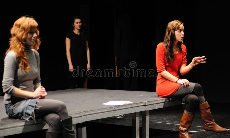 Actores del instituto del teatro de Barcelona, juego en la comedia Shakespeare para los ejecutivos imagen de archivo libre de regalías