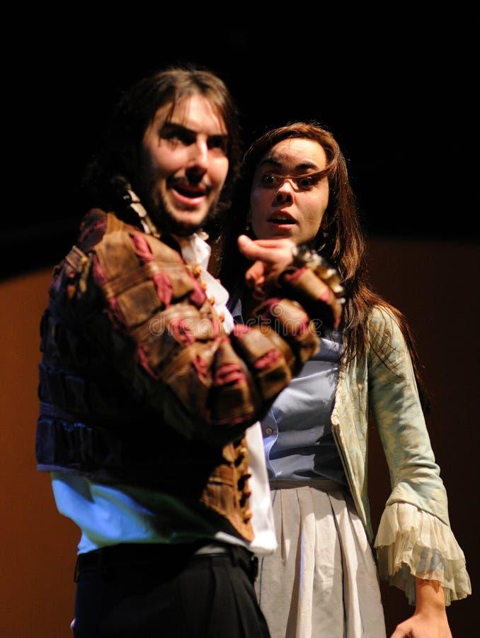 Actores del instituto del teatro de Barcelona, juego en la comedia Shakespeare para los ejecutivos imagen de archivo