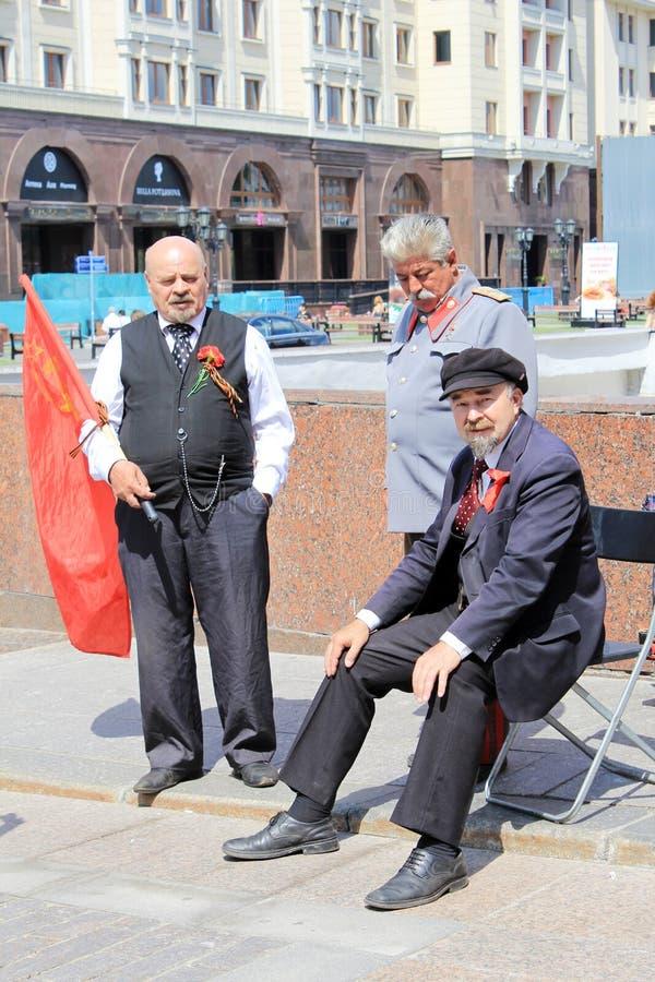 Actores en la Plaza Roja en Moscú foto de archivo
