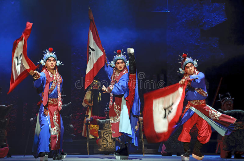 Actores tradicionales chinos de la ópera con el traje de teatro imagen de archivo libre de regalías