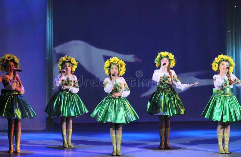 Actores vestidos como girasol foto de archivo libre de regalías