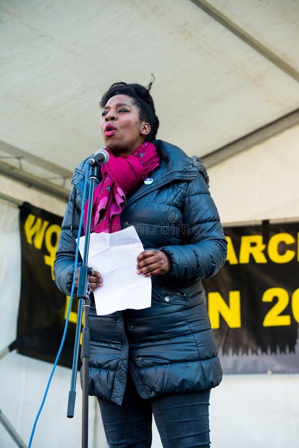 Actress Tanya Moodie spreekt tijdens de bijeenkomst van de Women's March op het Trafalgar-plein in Londen, Verenigd Koninkrijk stock afbeeldingen