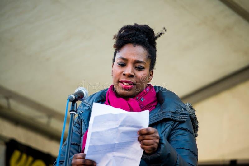 Actress Tanya Moodie spreekt tijdens de bijeenkomst van de Women's March op het Trafalgar-plein in Londen, Verenigd Koninkrijk stock foto
