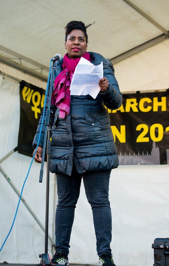 Actress Tanya Moodie spreekt tijdens de bijeenkomst van de Women's March op het Trafalgar-plein in Londen, Verenigd Koninkrijk royalty-vrije stock foto
