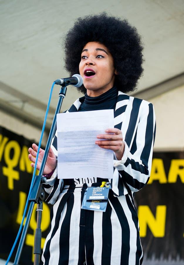 Actress & writer Isabel Adomakoh Young die spreekt tijdens de bijeenkomst van de Women's March op het Trafalgar-plein in Londen,  royalty-vrije stock afbeeldingen