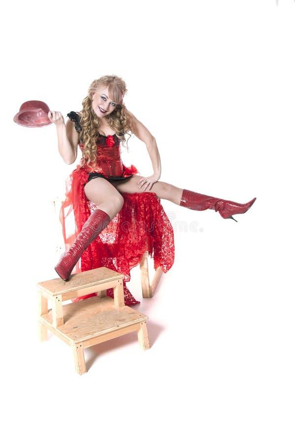 Actrice dans une robe et un chapeau rouges photo libre de droits