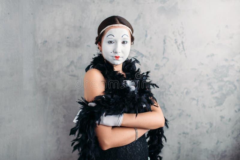 Actrice de pantomime avec le maquillage posant dans le studio images stock
