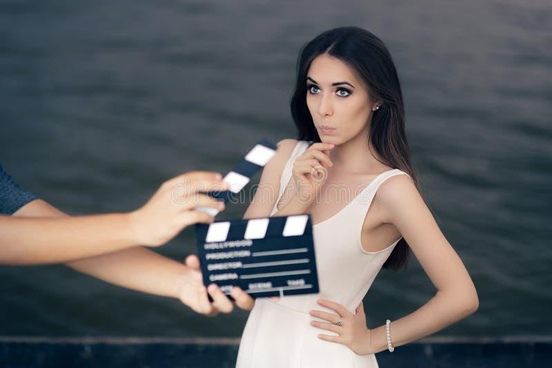Actrice die over Volgende Lijn tijdens Filmspruit denken royalty-vrije stock foto