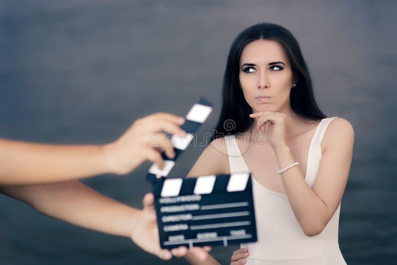 Actrice die over Volgende Lijn tijdens Filmspruit denken stock afbeelding
