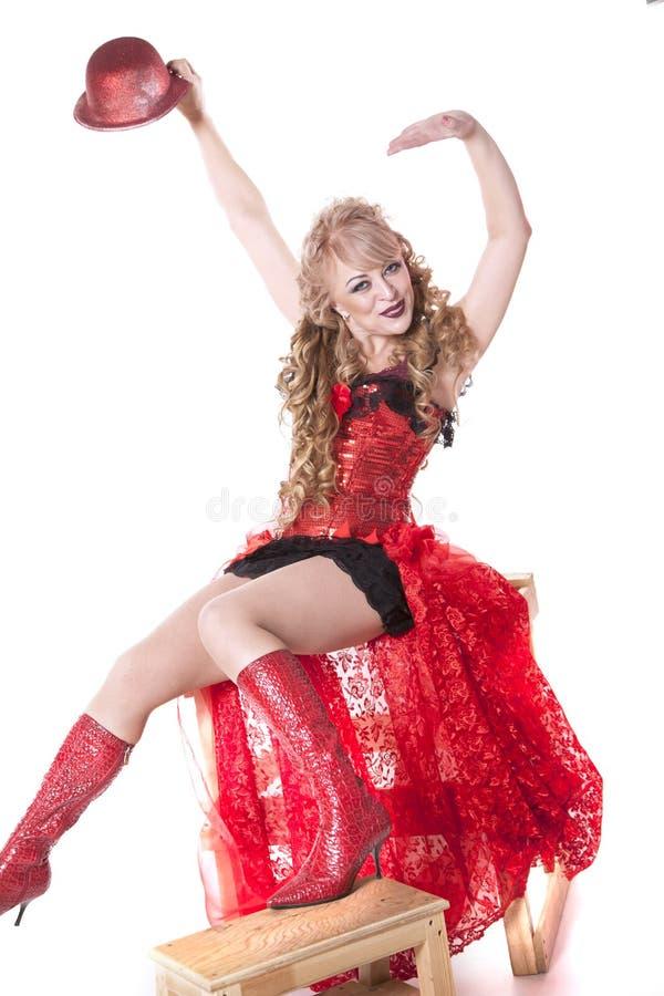 Actrice in een rode kleding en een hoed stock foto's