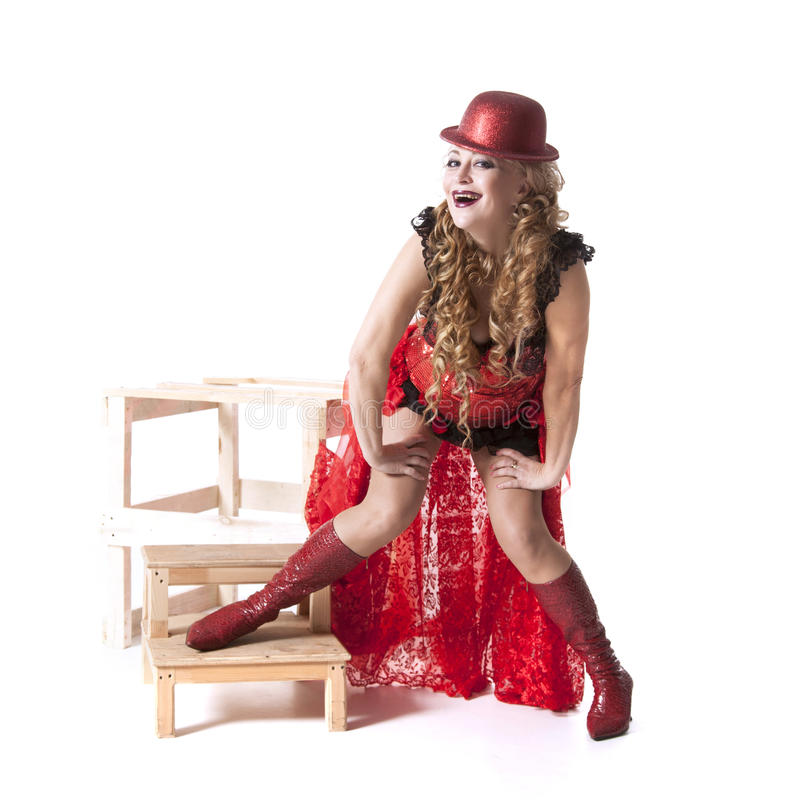 Actrice in een rode kleding en een hoed stock afbeelding