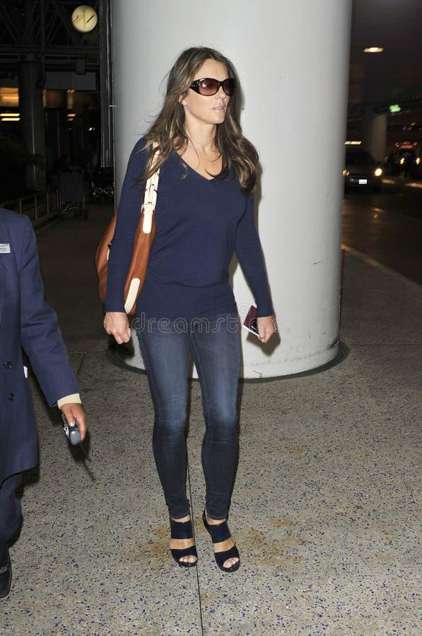 Actrice Elizabeth Hurley à l'aéroport de LAX photo stock