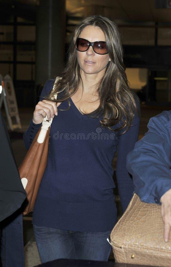 Actrice Elizabeth Hurley à l'aéroport de LAX. images stock