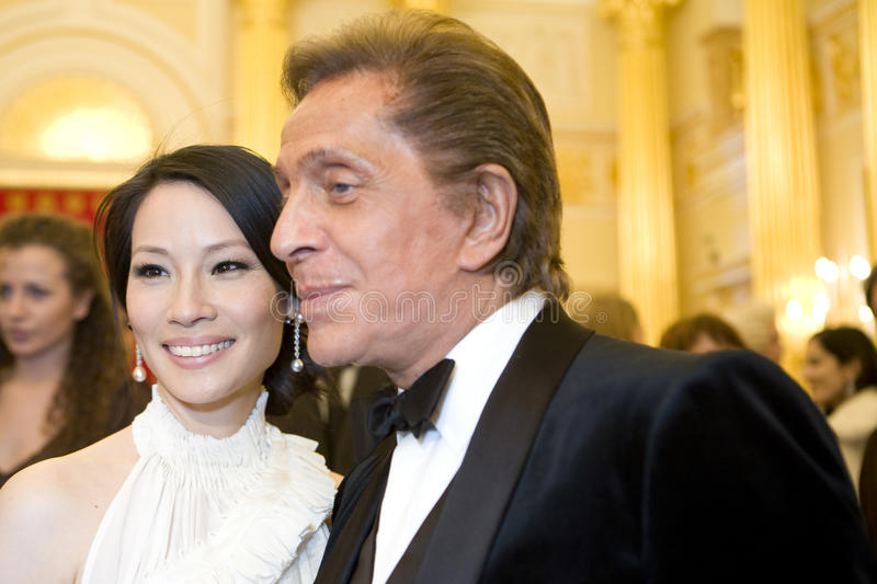 Actrice Lucy Liu en meer couturier Valentino royalty-vrije stock afbeelding