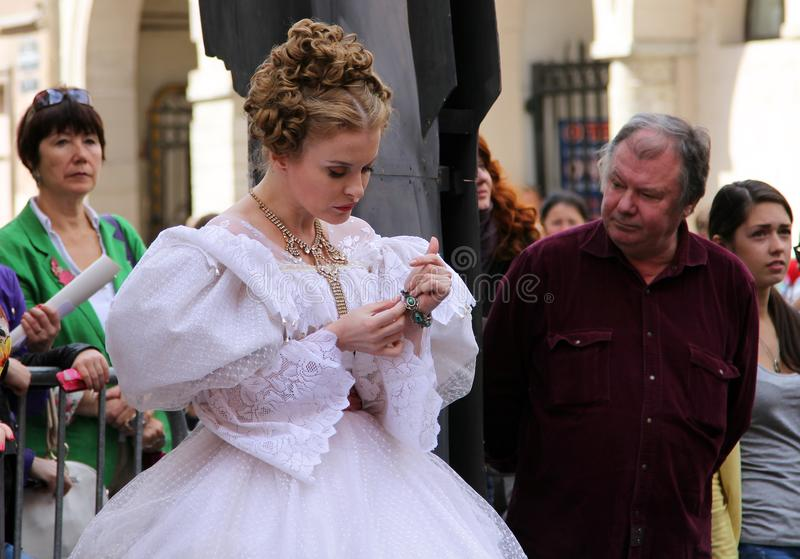 Actrice russe dans le costume historique sur la célébration de rue de l'anniversaire du grand auteur russe, Fyodor Dostoevsky photos libres de droits