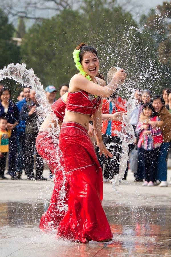 Actrices exécutant dans le festival de eau-éclaboussement images stock