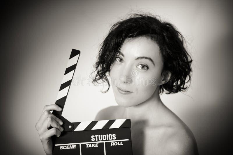Actriz atractiva con el clapperboard, clo blanco y negro del vintage foto de archivo