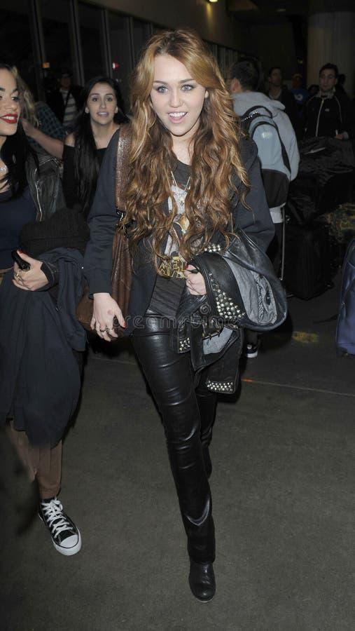Actriz/cantor Miley Cyrus no aeroporto RELAXADO. imagens de stock royalty free