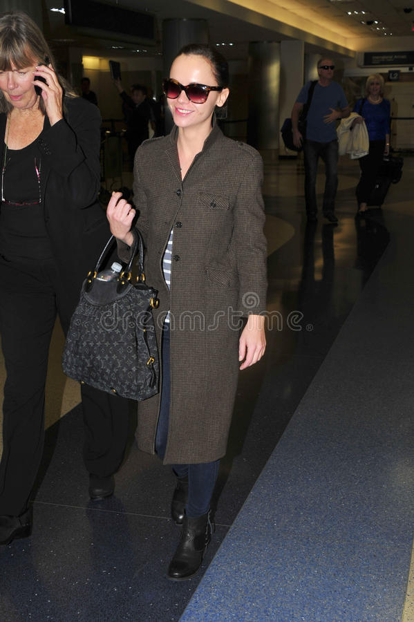 Actriz Christina Ricci en el aeropuerto de LAX. foto de archivo libre de regalías