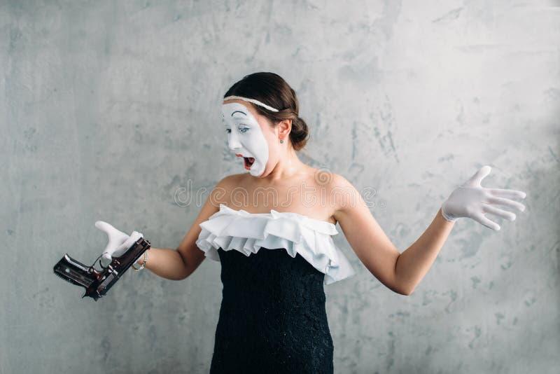Actriz del teatro de la pantomima que se realiza con la pistola fotos de archivo libres de regalías