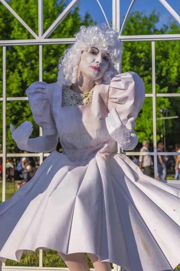 Actriz en un vestido y una peluca blancos fotografía de archivo libre de regalías