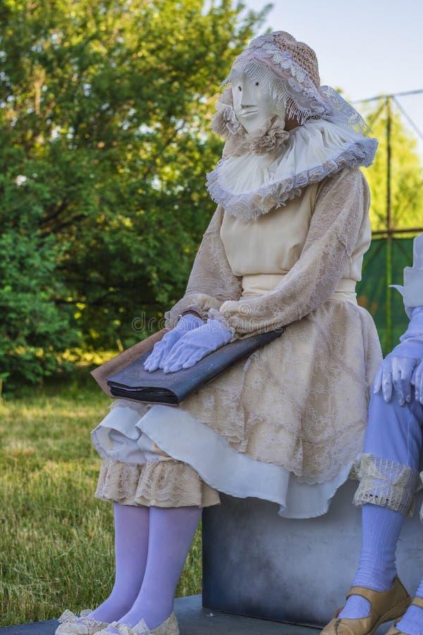 Actriz en vestido y máscara de período foto de archivo libre de regalías