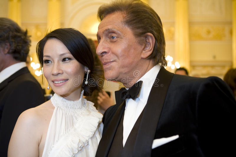 Actriz Lucy Liu e couturier Valentino fotografia de stock royalty free