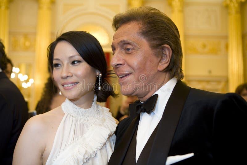 Actriz Lucy Liu e couturier Valentino imagens de stock royalty free