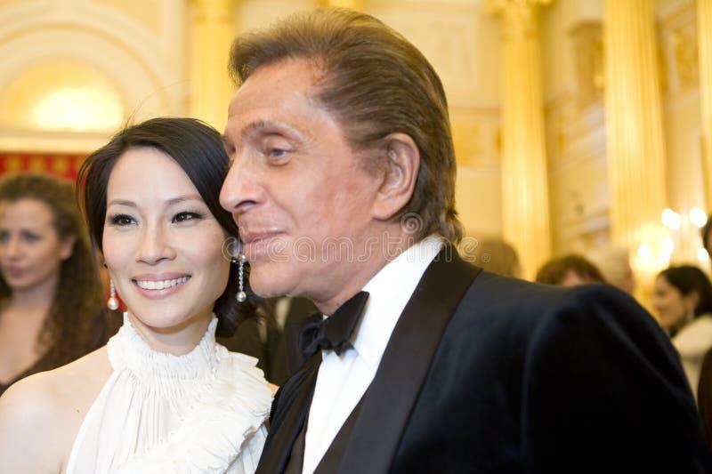 Actriz Lucy Liu e couturier Valentino imagem de stock royalty free