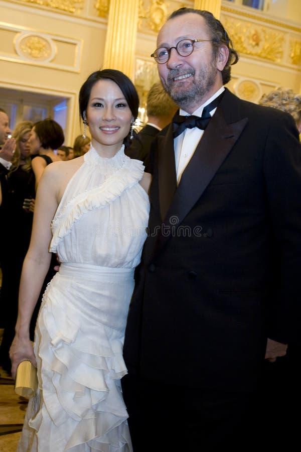 Actriz Lucy Liu na esfera do amor fotos de stock