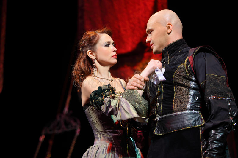 Actriz Olga Vorozhtsova e ator Evgeniy Aksenov no musical foto de stock