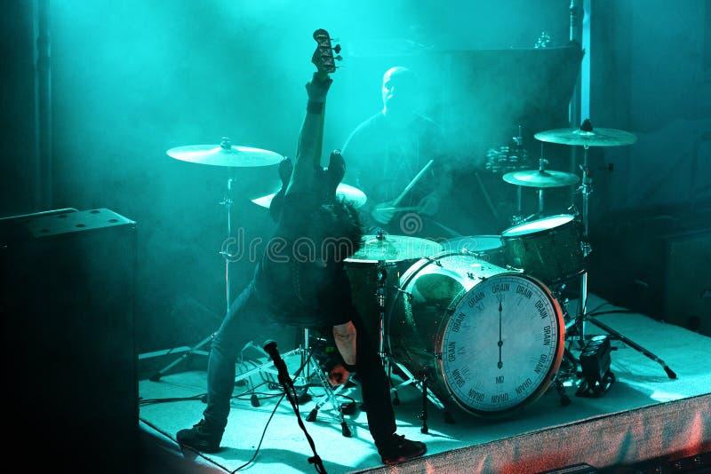 Actuación en directo de metales pesados alternativa de la banda de Berri Txarrak en Apolo fotos de archivo