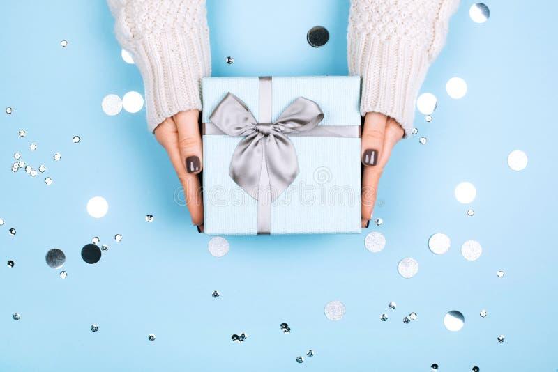 Actual caja azul en fondo en colores pastel de moda foto de archivo libre de regalías