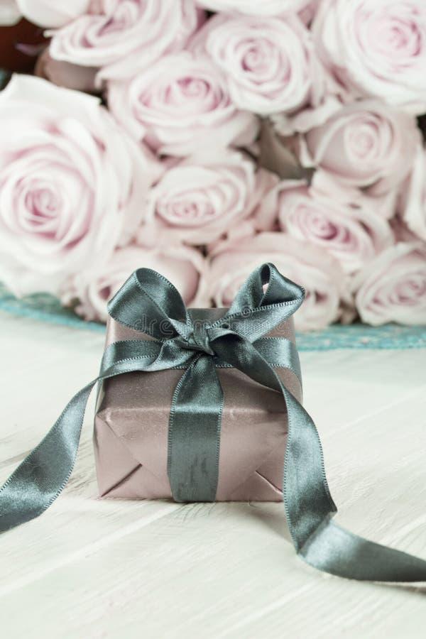 Actual caja de regalos flores y caja de regalo color de rosa con la cinta en ligh fotografía de archivo libre de regalías