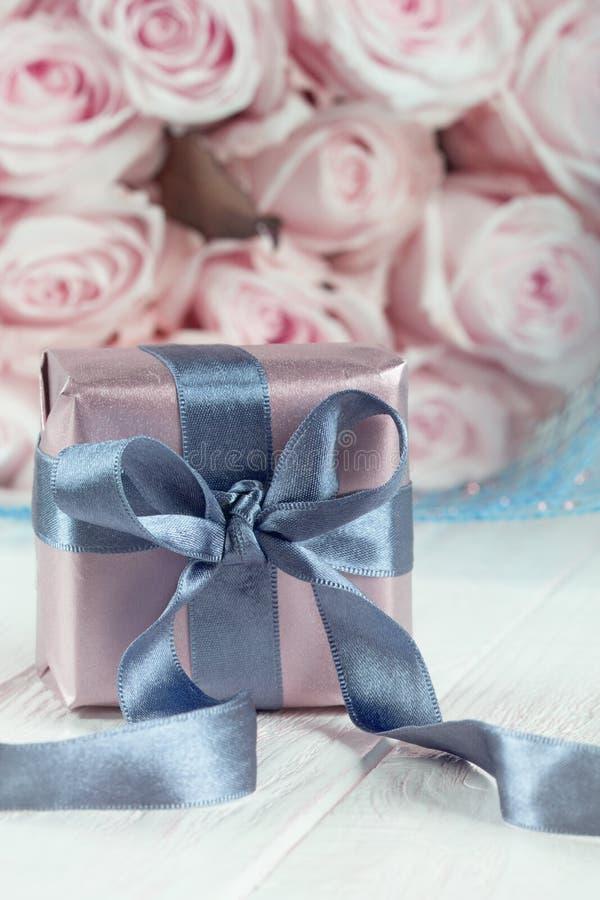 Actual caja de regalos flores y caja de regalo color de rosa con la cinta en ligh foto de archivo